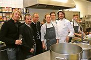 Vor dem Essen wurde natürlich auch in der Küche gefachsimpelt: Leo Hillinger, Andreas Jäger, Martin Sieberer und Thomas Dorfer (re) mit seinem Team.