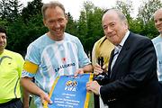 Wimpelübergabe von FIFA-Präsident Joseph Blatter an Kapitän Martin Sieberer.